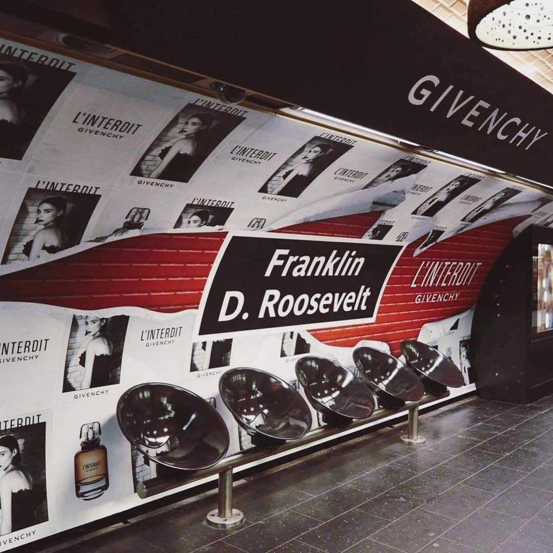 La solitude du Perfumista face aux affiches dans le métro et bus. Affiche Givenchy L'interdit
