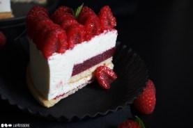 Der Cheesecake Deluxe im Anschnitt mit feinem Himbeerkern und luftigen Bisuit.