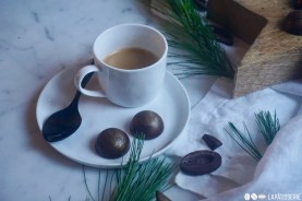 Eine feine Tasse Kaffee passt perfekt zu meinen Weihnachtspralinen gefüllt mit Spekulatius und Karamell.
