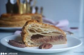 Ein Stück Galette de Rois mit Pecannuss und Vollmilchschokolade zum Start ins neue Jahr.