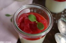 Sieht einfach zum Anbeißen aus der rosarote Rhabarber. Darunter verbirgt sich eine Mousse aus weißer Schokolade.