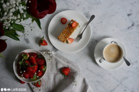 Die Kaffeetafel steht mit einer heißen Tasse Kaffee und einem feinen Millefeuille Fraise-Vanille.