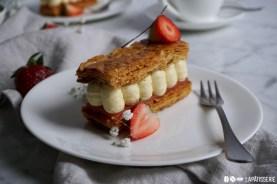 Knusprig karamellisierter Blätterteig, fruchtiges Erdbeergelee, luftige Vanillecreme, all das ist das Millefeuille Fraise-Vanille.