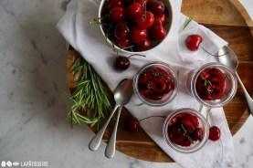 Wenige Zutaten und so lecker: Kirschmousse mit feinem Kompott.