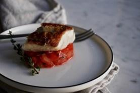 Es ist angerichtet. Saftiges Zanderfilet auf Tomatenwürfeln.