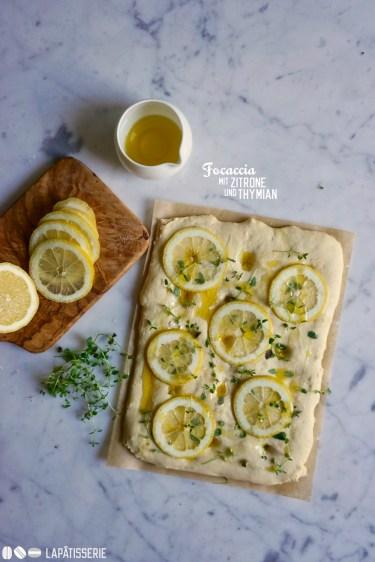 Schnell noch backen und fertig ist die Focaccia mit Zitrone und Thymian.