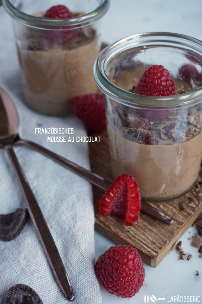 Leicht und schnell gemacht: Dunkles Mousse au chocolat mit frischen Himbeeren.