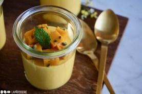 Jeder bekommt sein eigenes Glas bei diesem Dessert mit Mango und Passionsfrucht.
