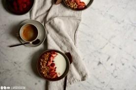 Leckeres Granola mit Mandeln und Leinsamen.