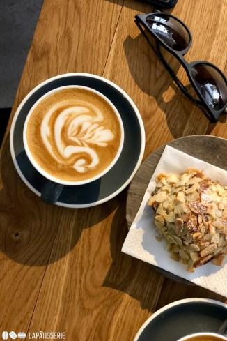 Der perfekte Kaffee. Das saftige und fluffige Mandelcroissant. Das beste Café im Westen Kopenhagens.