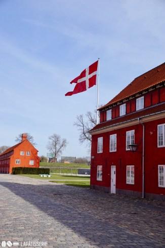Die weiß-roten Häuser innerhalb des Kastells. Spätestens hier merkt man, dass man in Dänemark ist.