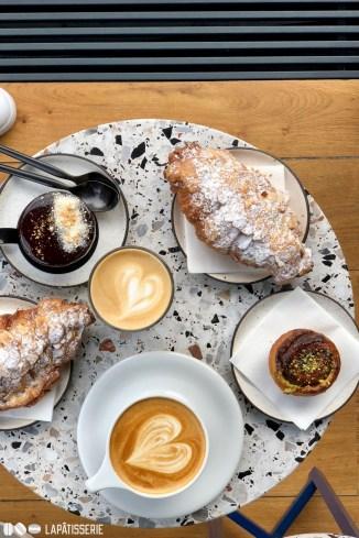 Frühstück bei Statement Coffee. Perfekter Kaffee. Leckere Croissants mit Mandeln.
