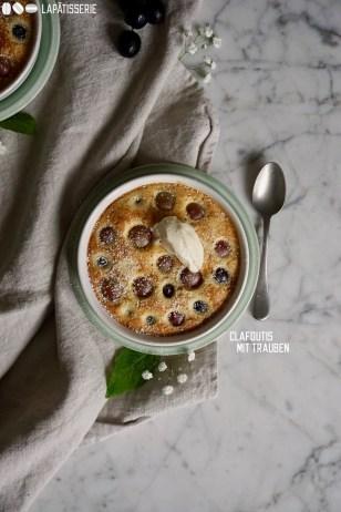 Clafoutis: französische Mischung aus Kuchen und Dessert mit frischem Obst und einem Klecks Crème fraîche.
