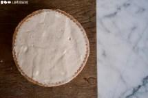 Schritt 3: Die Tarte mit Zimtsahne auffüllen und glatt streichen.