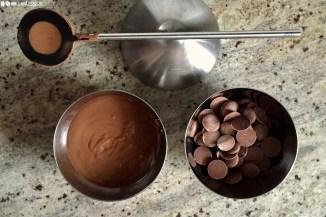 Zwei Drittel der Schokolade in der Mikrowelle auf 45°C schmelzen.