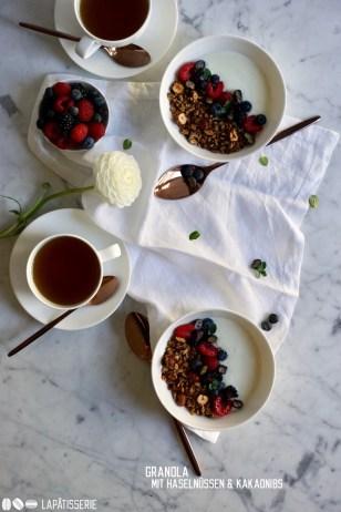 Ofengeröstetes Granola mit aromatischen Haselnüssen und kräftigen Stücken von Kakaobohnen.