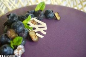 Die perfekte Sommertorte mit luftiger Heidelbeermousse, Heidelbeerkompott und weißem Knusperboden.