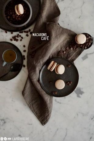 Feinste französische Macarons gefüllt mit Kaffee-Schokoladen-Creme und einem Gel aus Kaffee.