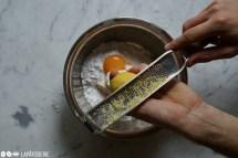 Schritt 3: Eigelb zugeben und Zitronenschale abreiben.