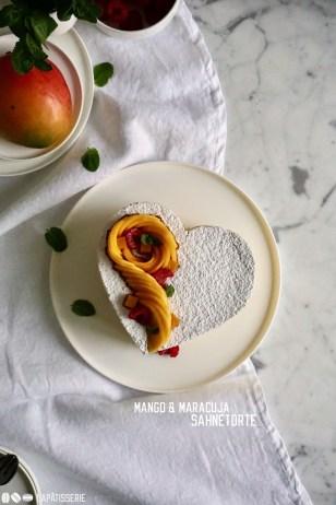Einfache Torten sind die besten, so wie diese Sahnetorte mit luftiger Mangocreme und Passionsfruchtgelee.