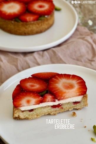 Süße Erdbeertartelettes mit gebackener Mandelcreme, luftiger Vanillecreme und ganz vielen frischen Erdbeeren.