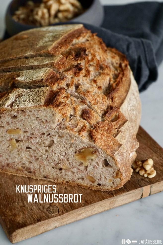 Aromatisches Brot mit Sauerteig, Roggenvollkornmehl, Weizenmehl und ganz vielen Walnüssen - das perfekte Brot zum Abendessen, als Pausenbrot und zu jeder anderen Tageszeit