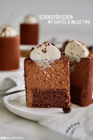 Dunkle Schokoladenmousse von Millot 74% mit einem glutenfreien Schokoladenkuchen und einem Tupfen weißer Kaffeesahne für ein perfektes Schokotörtchen