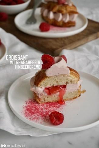Feine Croissants gefüllt mit luftig aufgeschlagener Himbeersahne und säuerlichem Rhabarber - perfekt zum Kaffee oder ausgedehnten Frühstück