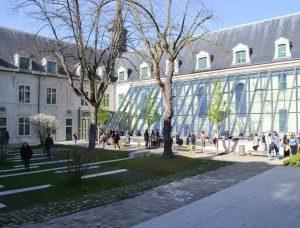 Vue extérieure du Campus de Reims. Photographie: Joanna Lancashire et Mary Belykh / The Sundial Press