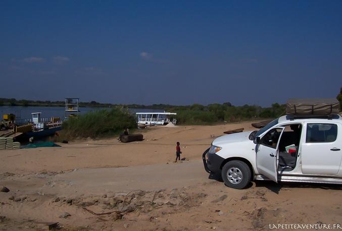 voiture sur le bac en Zambie