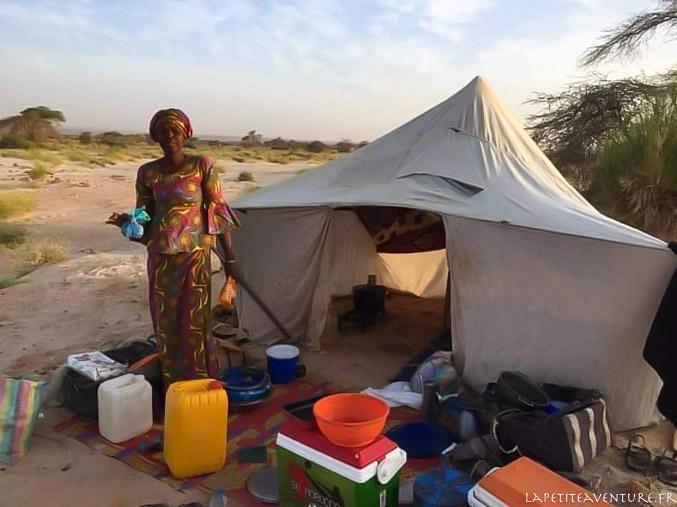 Cuisinière dans le désert en Mauritanie