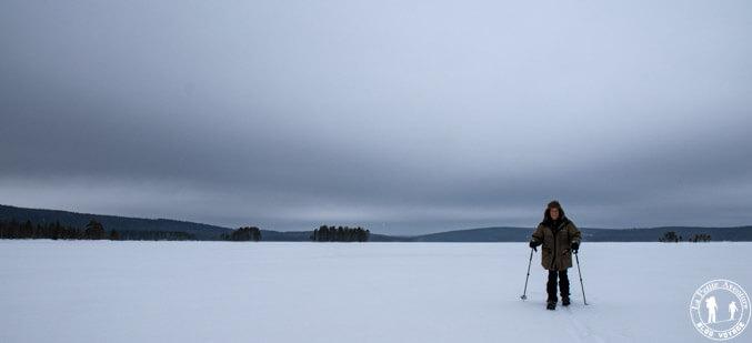 En ski altai sur le lac gelé