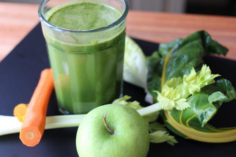 Jus vert frais avec extracteur à jus Omega
