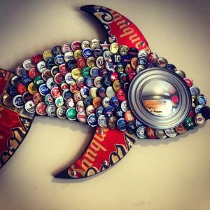 Le poisson en bouchons de bières recyclés.