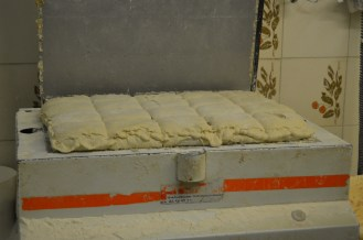 This machine accurately separates the dough out by compressing it and cutting it up into equal portions of 300g