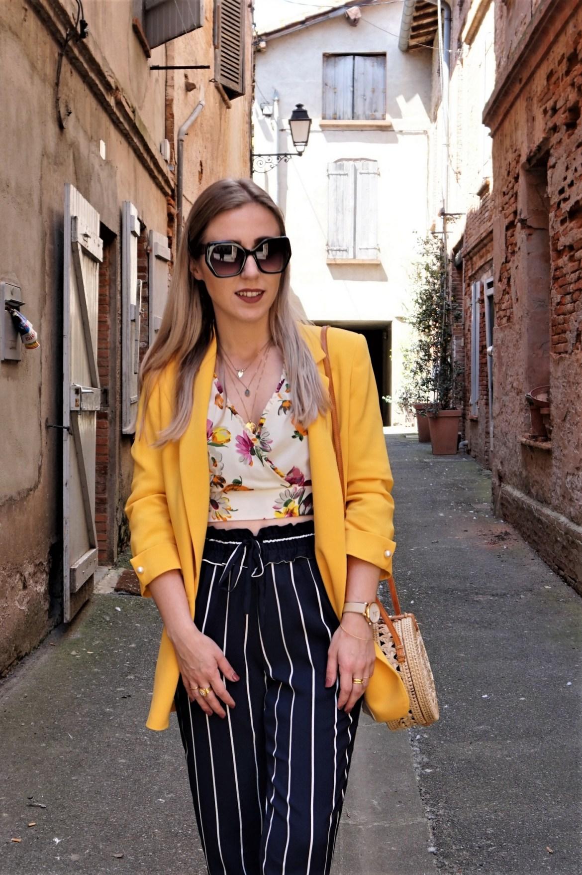Look blazer jaune & pantalon rayures - La Petite Frenchie