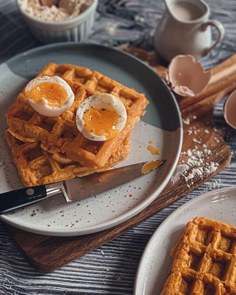 Marre des avocado toasts ? Voici une recette de gaufres à la carottes & au cumin idéale pour un Brunch à la maison ! La carotte et le cumin se marient super bien ensemble et donnent à la gaufre une toute nouvelle dimension gustative.