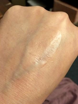 La même goutte légèrement étalée, on voit bien cette texture grasse mais aussi aqueuse et qui fond pénètre rapidement dans la peau.