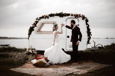 couple qui danse devant une caravane lors d'un mariage