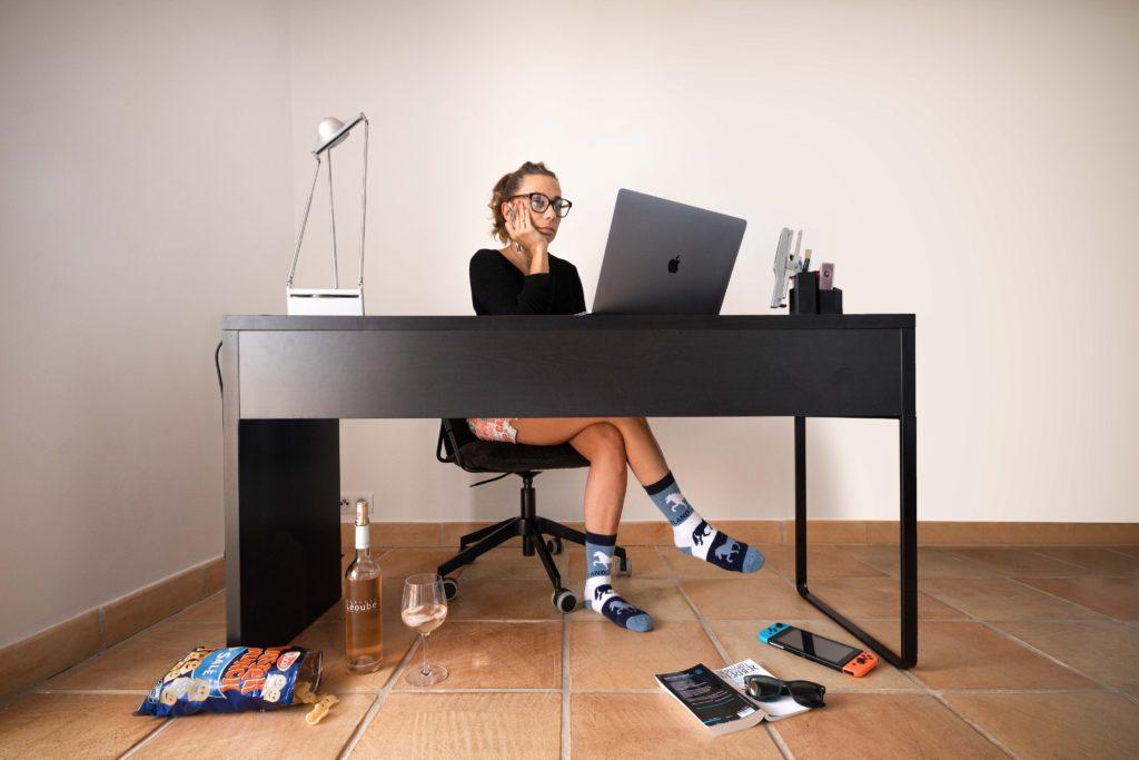 Photo créative d'une scène de télétravail à double facette, vie professionnelle et vie personnelle - Rester créatif à la maison