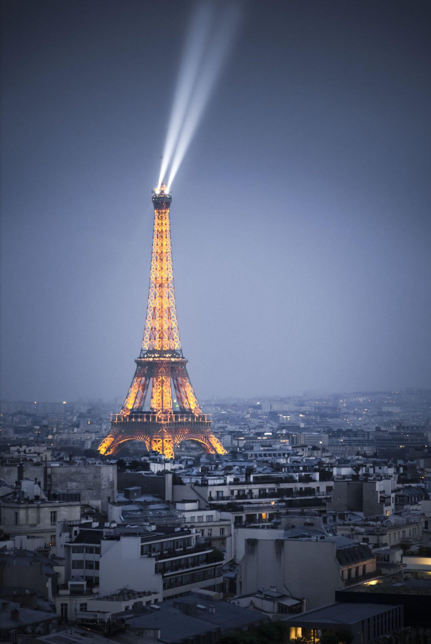 Tour Eiffel à l'heure bleue illustrant la sensibilité ISO