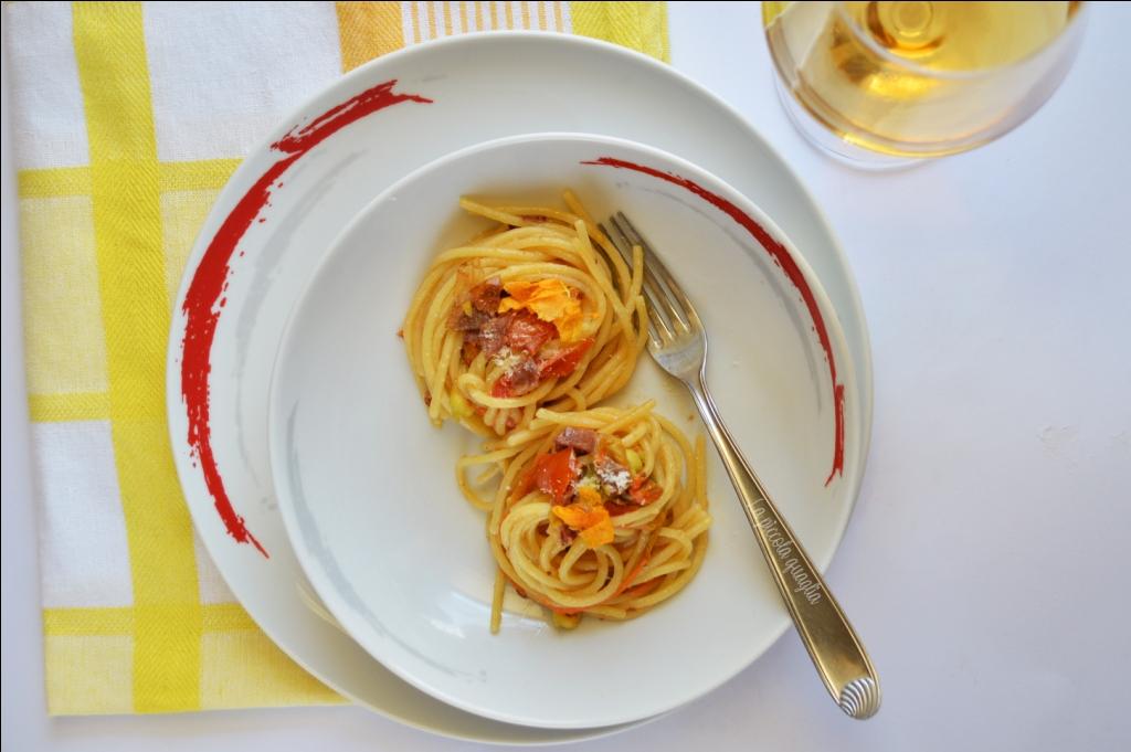 Spaghetti con pomodorini, fiori di zucca e pancetta