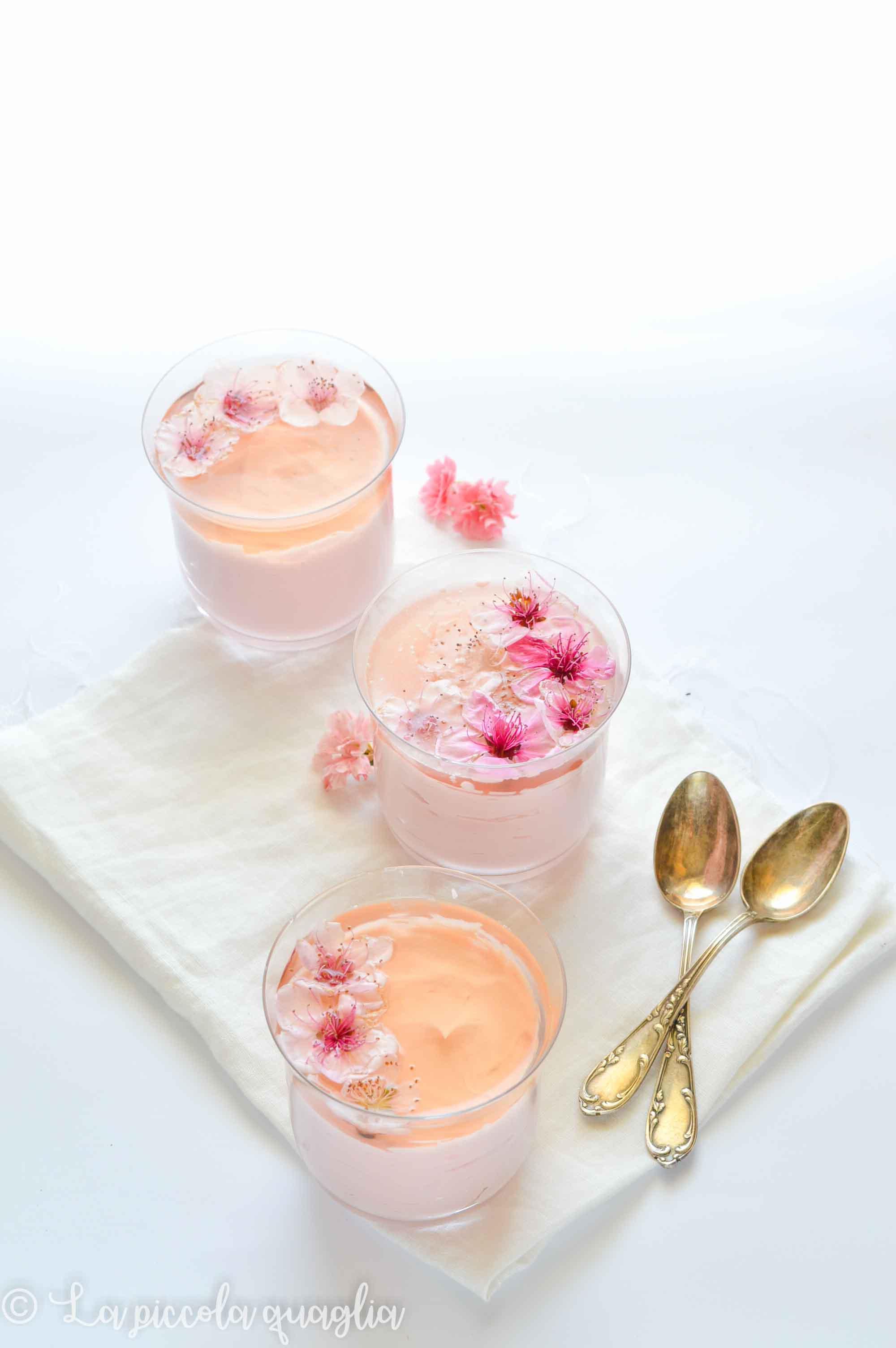 L'angolo del tè: mousse al cioccolato bianco, frutti rossi e fiori di pesco