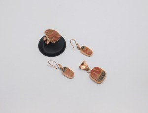 Set: Anillo, Arete y Dije realizado en cobre y cerámica Mata Ortiz. Pídalo con la clave SetCMOC/020. PIEZA ÚNICA