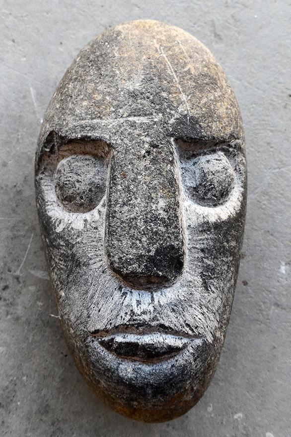 Caillou sculpté en forme de visage brut
