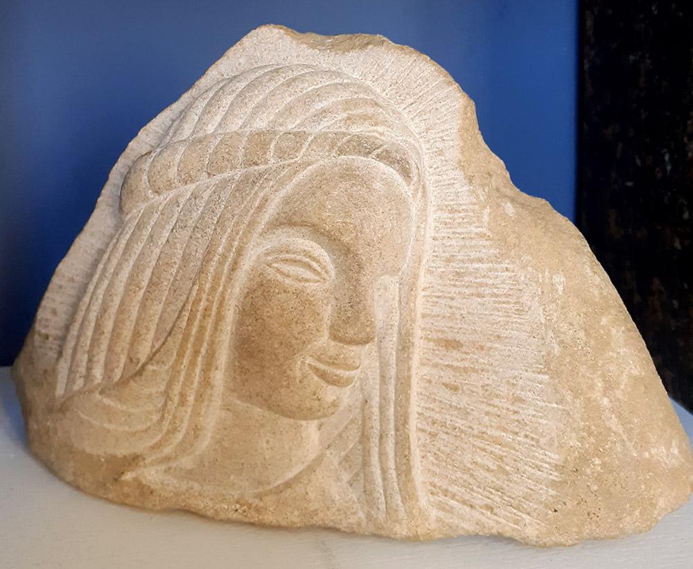 Bas-relief dans une petite pierre tendre d'après une sculpture de Marie en bois