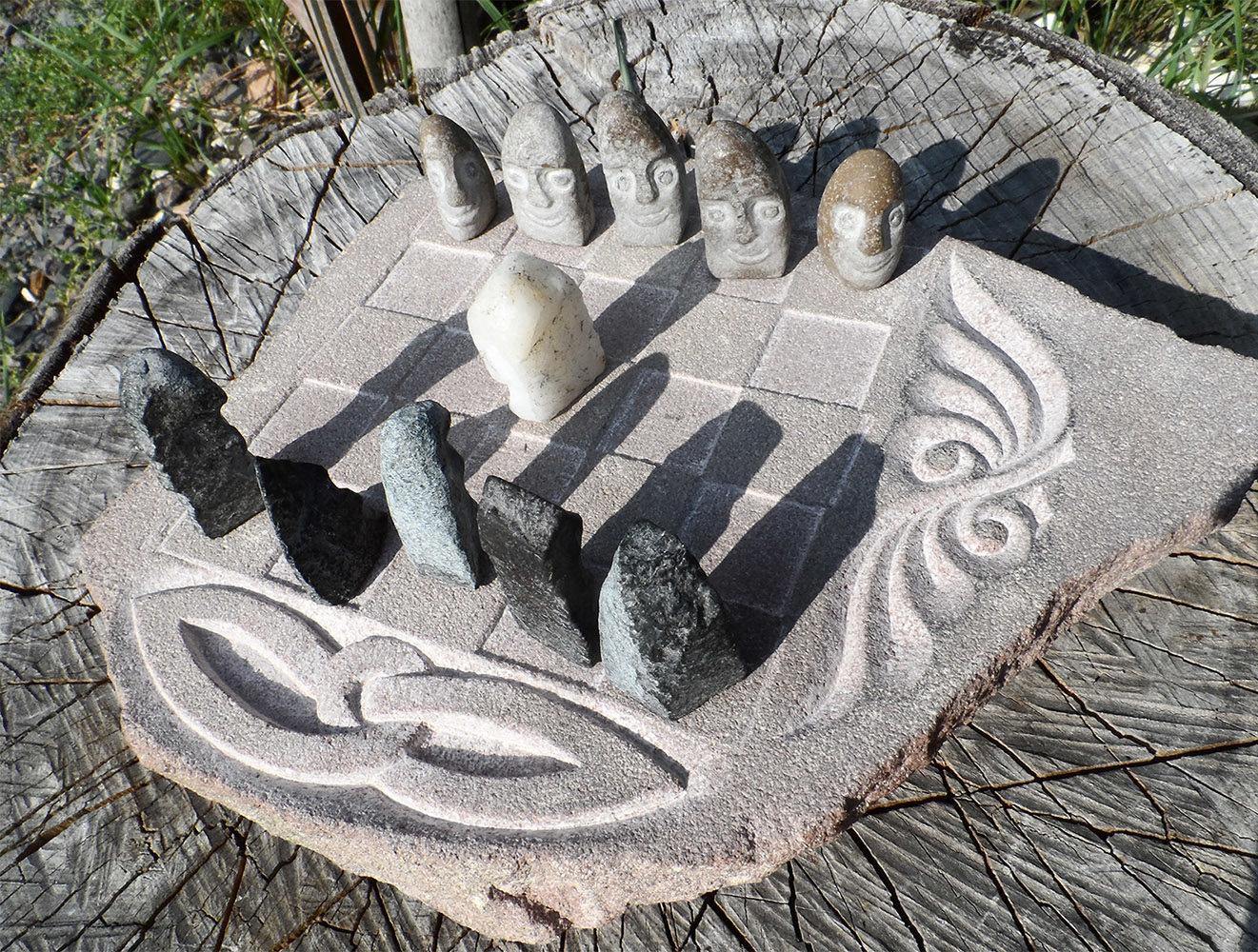 Bobail, jeu de stratégie. Plateau en grès et pions sculptés à partir d'un galet et des graviers.