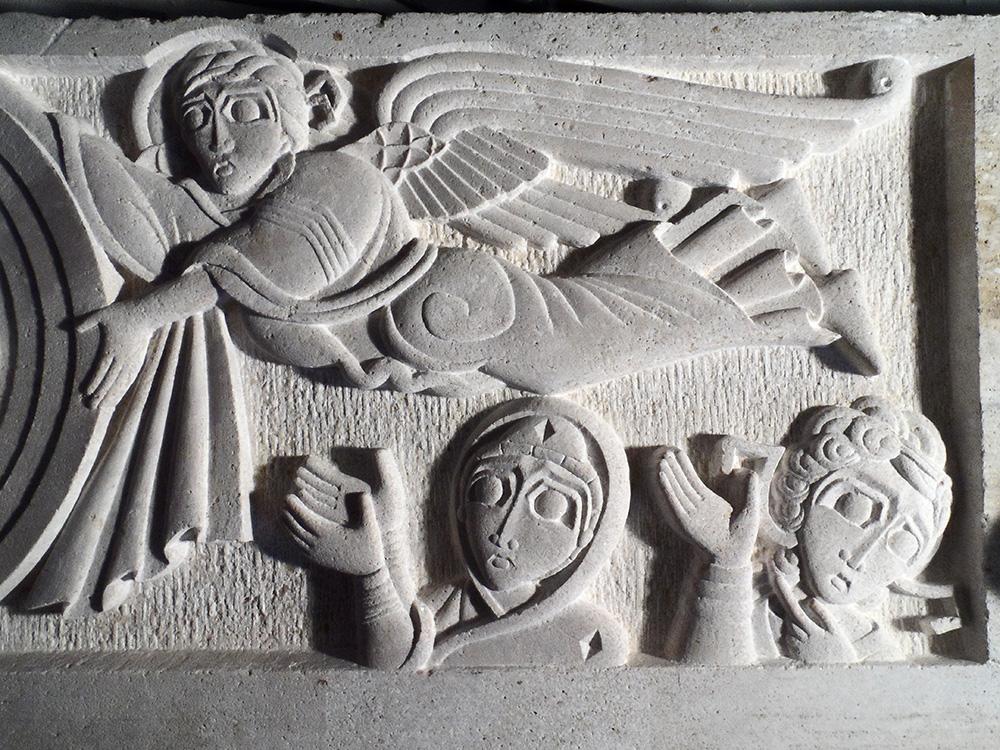 Partie droite du bas-relief en brouzet de l'ascension. On y voit un ange tenant la mandorle et les bustes de la mère de Dieu et d'un autre ange en bas.