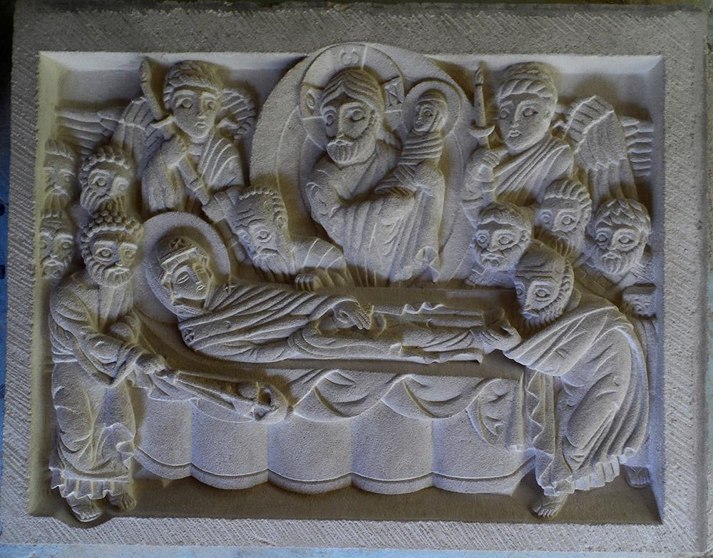 Bas-relief en saint maximin représentant l'assomption ou dormition de Marie, la Mère de Dieu. La représentation est inspirée de l'iconographie orthodoxe.