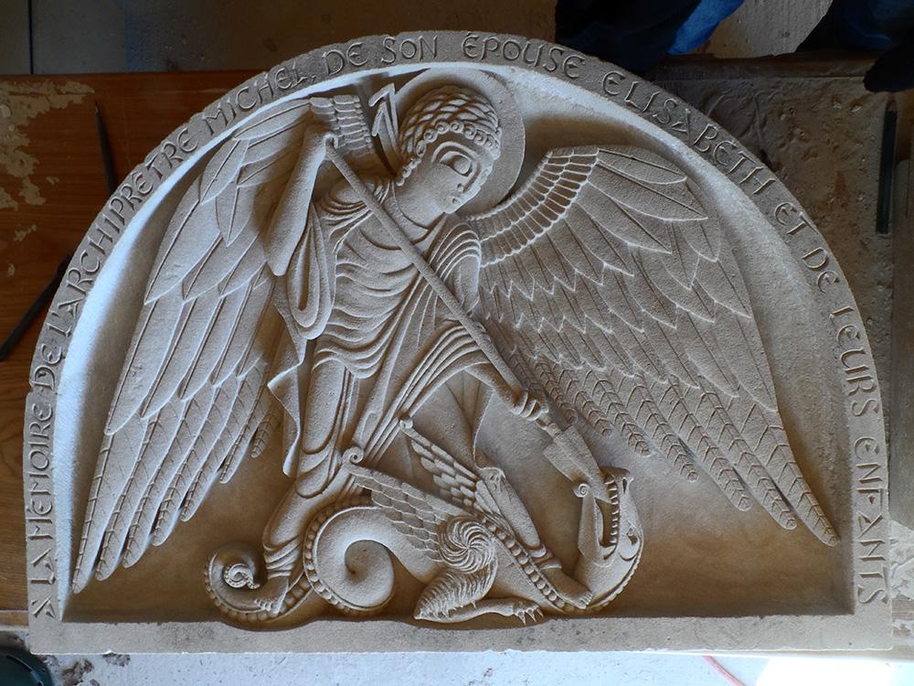 Moyen-relief de l'archange Michel terrassant le dragon